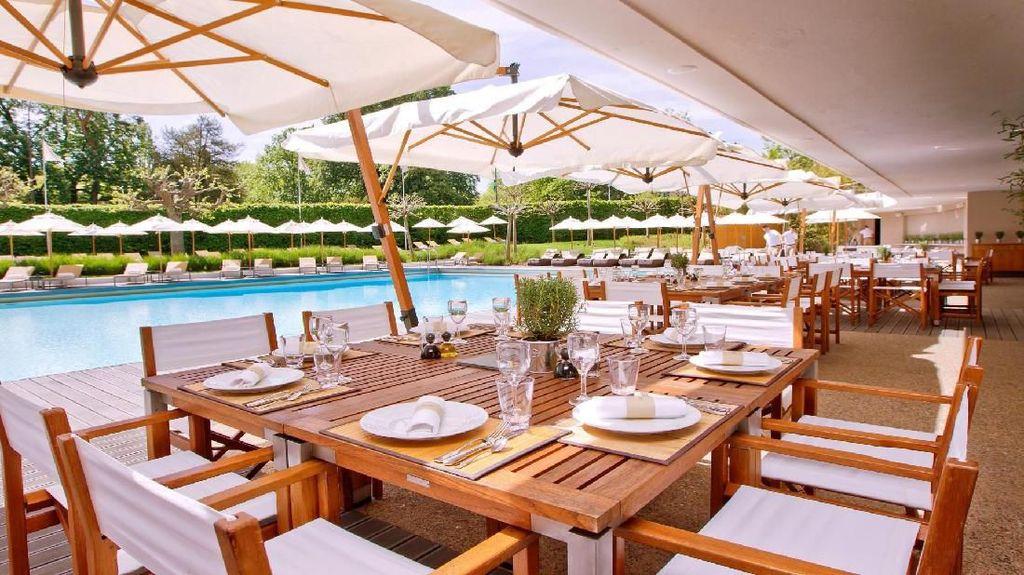 Baru Gajian, Enaknya Makan Siang Dengan Pemandangan Kolam Renang Cantik
