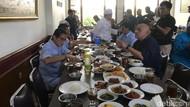 Santap Nasi Padang, Sandiaga: Pemilu Jangan Dibaperin