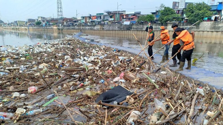 Ciliwung Meluap Semalam, Sampah Menumpuk di Banjir Kanal Barat