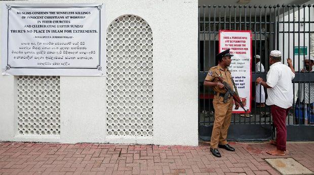 Warga harus melewati pemeriksaan keamanan sebelum masuk ke masjid