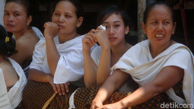 Tradisi unggahan masyarakat adat Bonokeling.