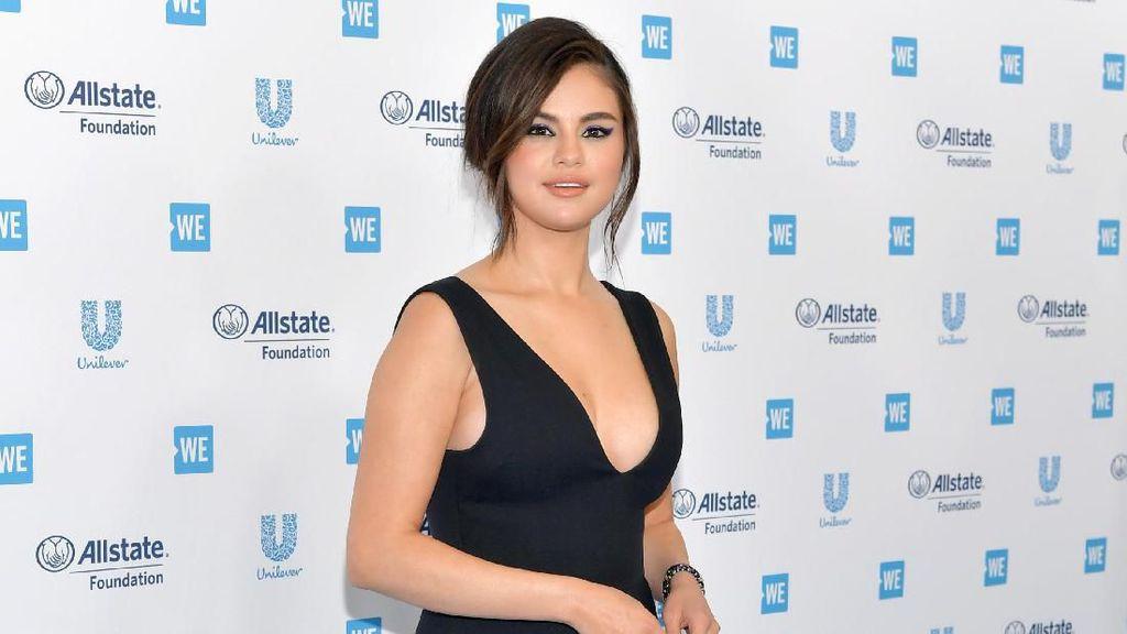 BFF! Selena Gomez dan Julia Michaels Bikin Tato Bareng