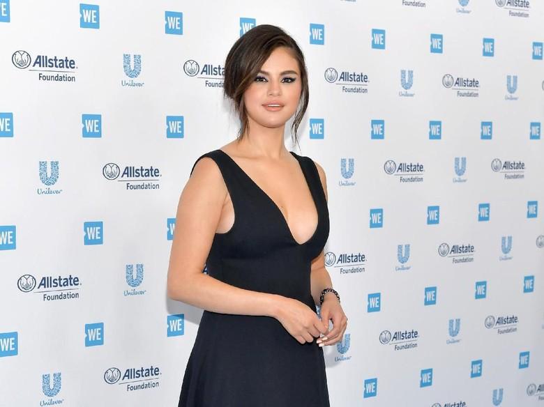 Selena Gomez buat tato dengan sahabatnya. Foto: Emma McIntyre/Getty Images