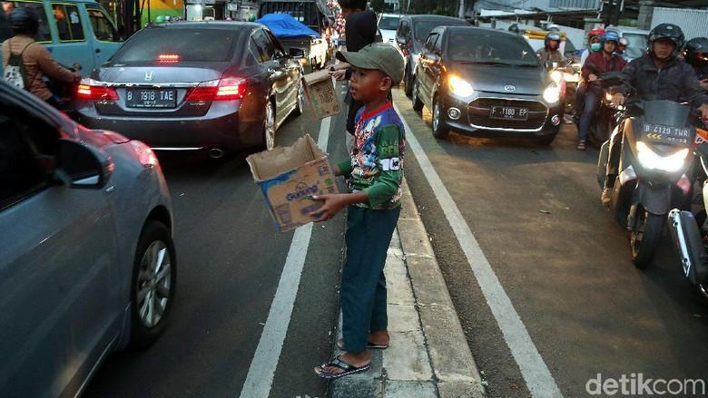 Anak-anak Korban Banjir Minta Sumbangan di Jalanan