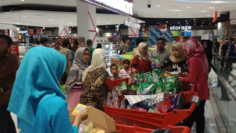 Promo Beli 2 Gratis 1, Ibu-ibu Serbu Transmart Jelang Ramadan