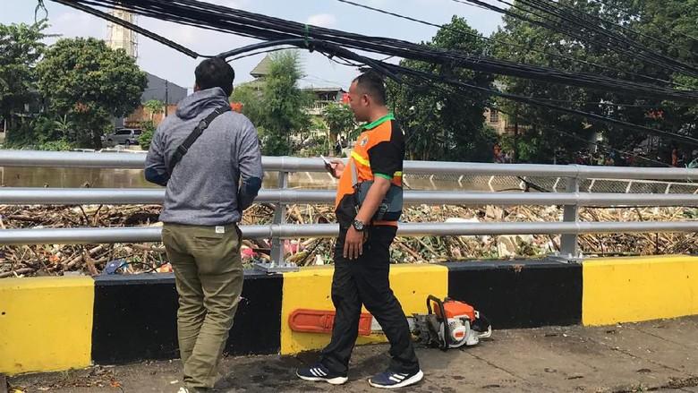 Sampah Menumpuk di Ciliwung, Petugas Kerahkan Ekskavator di Kampung Melayu