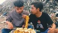 Mukbang di Tempat Pembuangan Sampah, Dua YouTuber Kocak Ini Jadi Viral