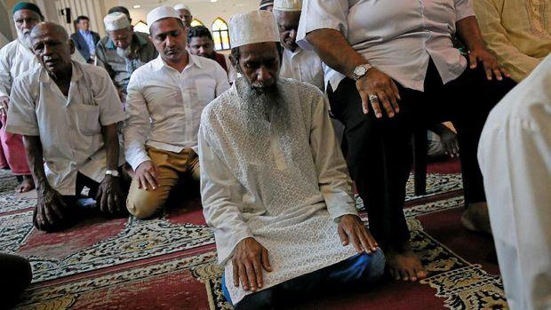Warga Muslim di Sri Lanka tetap salat Jumat di masjid meski ada imbauan menghindari masjid untuk sementara waktu