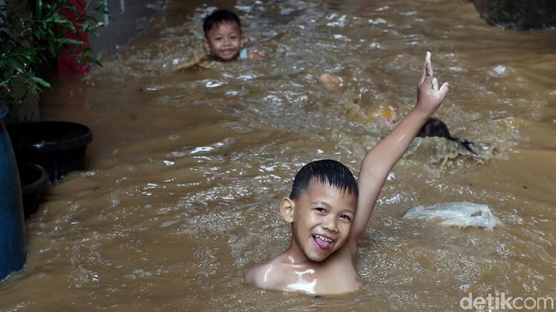 Keceriaan Anak-anak Bukit Duri Bermain di Tengah Banjir