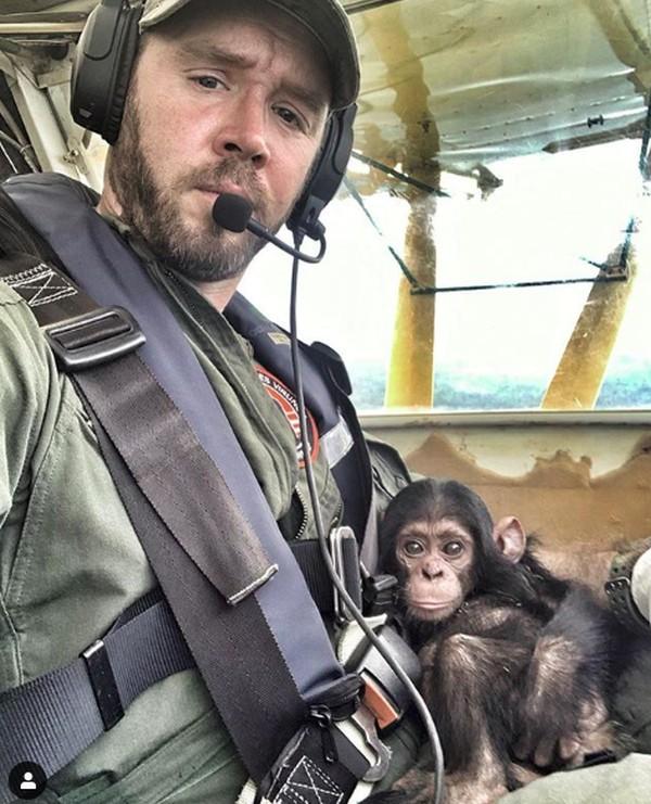 Dia viral karena videonya menggendong bayi simpanse saat terbang disukai dan membuat netizen jatuh hati. (anthonycaere/Instagram)
