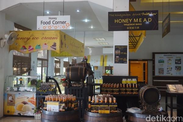 Ada juga kios yang menjual makanan olahan madu (Shinta/detikcom)