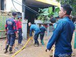 Banjir di Pejaten Timur Mulai Surut, Warga Bersihkan Rumah dari Lumpur