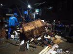 Mulai Surut, Sampah Akibat Banjir di Kampung Pulo Mulai Dibersihkan