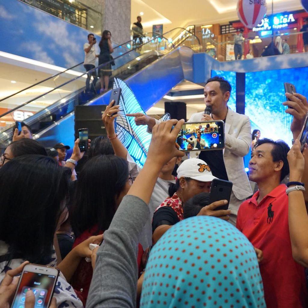 Lebih Dekat sama Pongki, Pengunjung dHOT Music Day Bali Asyik Selfie