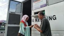 Berkebaya dan Berkerudung, Polwan di Ciamis Layani SIM Keliling