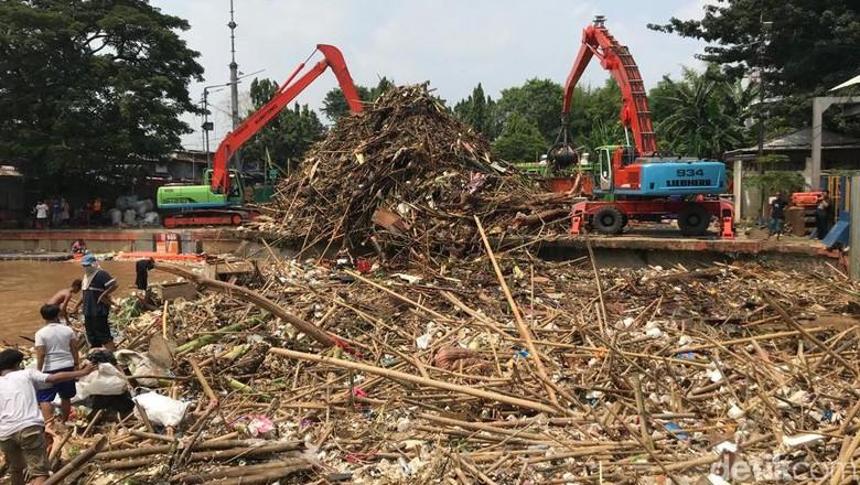 Jakarta Kebanjiran, Ini Penampakan Sampah Menggunung di Pintu Air Manggarai