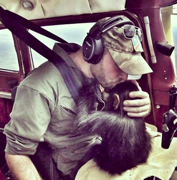Ternyata ada alasan yang mengharukan kenapa Anthony memilih memangku simpanse selama terbang. Dia tidak ingin simpanse tersebut merasa tertekan dengan tali ketat ataupun kandanga kecil setelah kejadian buruk yang dialaminya. (anthonycaere/Instagram)