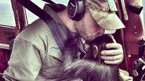 Foto: Pilot yang Viral Karena Terbang dengan Simpanse