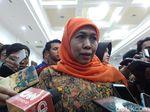 Jalan Sekitar Istana Ditutup, Khofifah Jalan Kaki Temui Jokowi