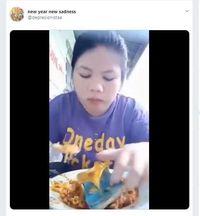 Lagi Asyik Makan Mie Pakai  Kol, Wanita Ini Malah Dilempar Sandal Jepit