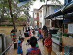 Cerianya Bocah-bocah Korban Banjir Cawang Bermain di Air