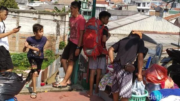 Akibat Banjir di Rawajati, Kramat Jati Arah UKI Macet Parah