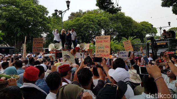 Emak-emak Pendukung Prabowo-Sandi Demo Minta KPU Berlaku Adil