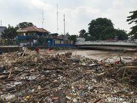 Sampah menggunung di Pintu Air Manggarai