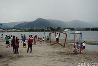 Pengunjung di Pantai (Shinta Angriyana/detikcom)