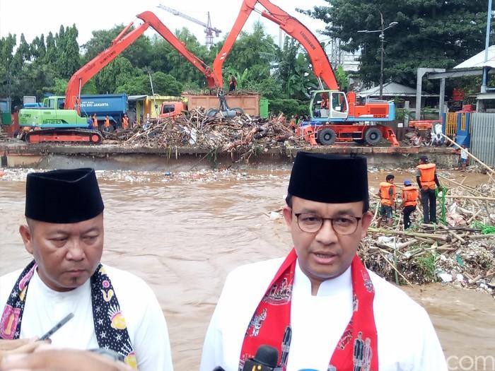 Foto: Anies Baswedan cek Pintu Air Manggarai (Fida-detikcom)