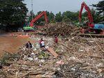 Dinas LH DKI Jelaskan Penyebab Sampah Menggunung di Pintu Air Manggarai