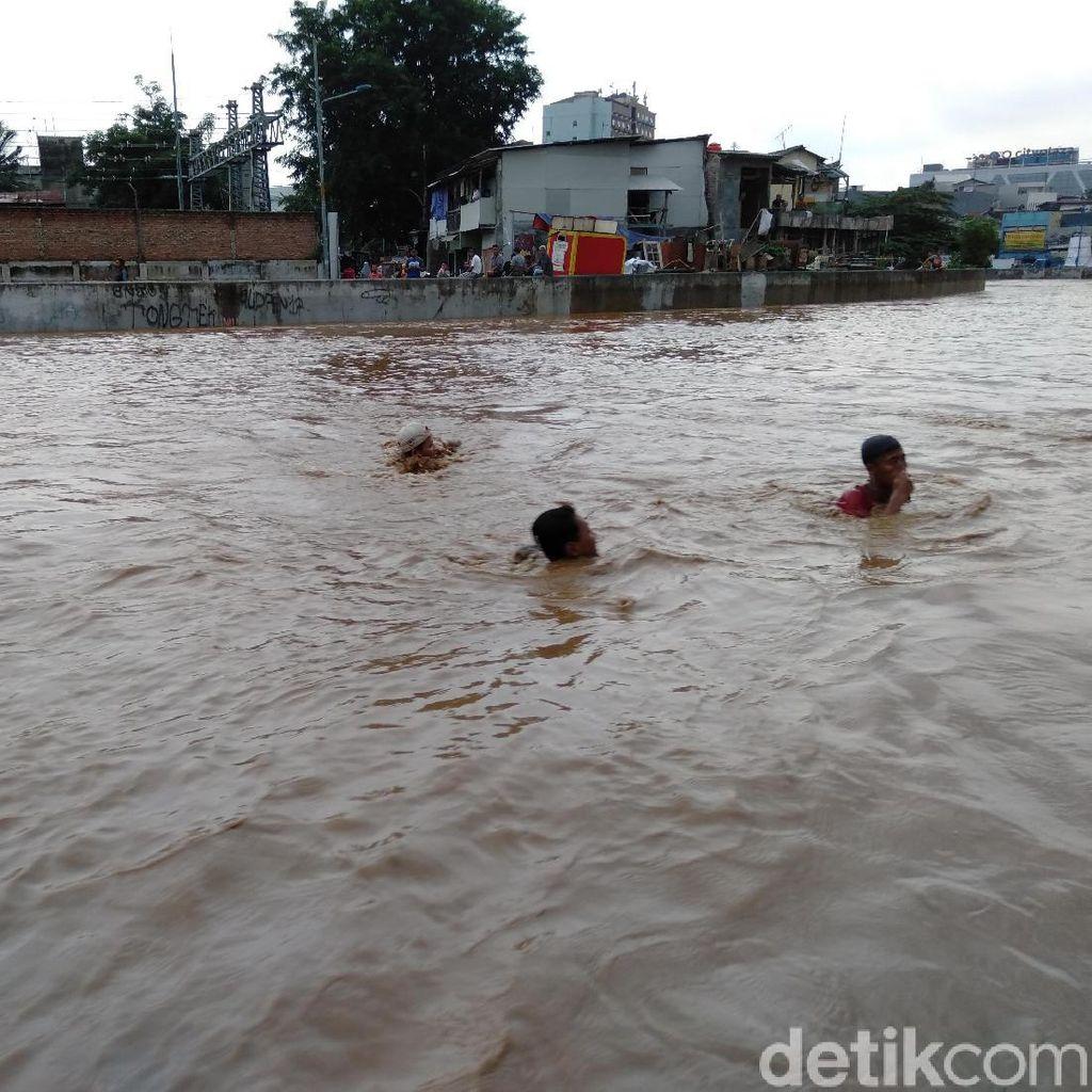 Video Penampakan Banjir di Jatinegara dari Udara