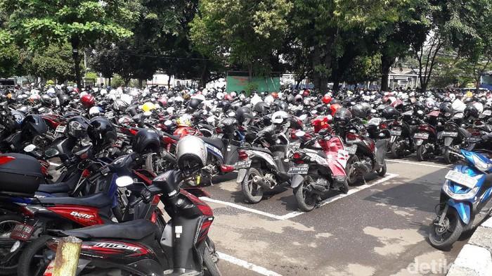 Lahan parkir di Stasiun Bekasi (Rosmha Widiyani/detikHealth)