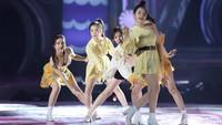 Red Velvet tampil cantik mengenakan busana feminin. Foto: agung/detikhot