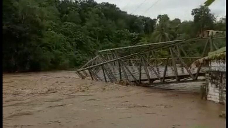 Jembatan di Empat Lawang Sumsel Putus Diterjang Arus Sungai