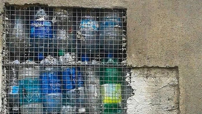 Pengusaha Kanada Robert Bezeau resah dengan botol plastik yang berserakan dan akhirnya ia memanfaatkannya. Foto: Dok. Boredpanda/Rugile