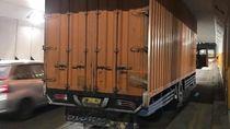 Truk Box Nyangkut di Underpass Blok A Tanah Abang, Lalin Tersendat