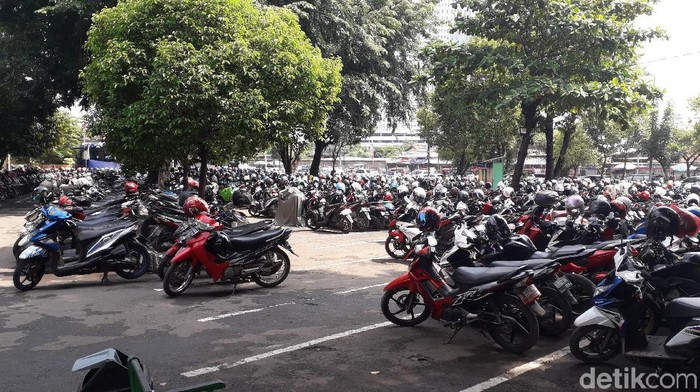 Tidak ada lahan parkir khusus untuk sepeda di stasiun kereta api. Foto: Rosmha Widiyani/detikHealth