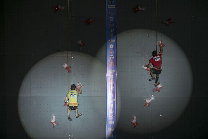 Atlet panjat tebing Indonesia Alfian M. Fajri beradu kecepatan saat final kejuaraan dunia panjat tebing di Chongqing, Cina, Jumat (26/4/2019). ANTARA FOTO/Hendra Nurdiyansyah.