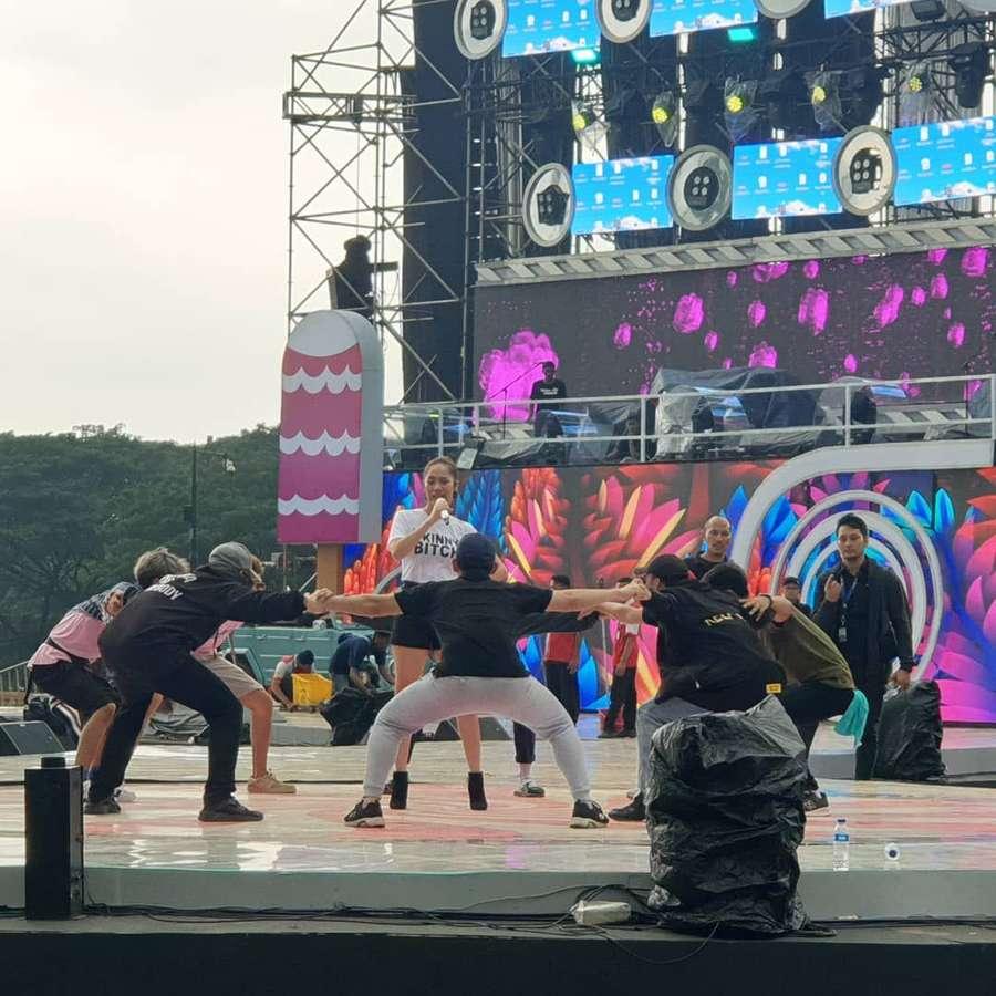 b4cd27a5b5b Mengintip Persiapan Panggung Jelang Konser Red Velvet