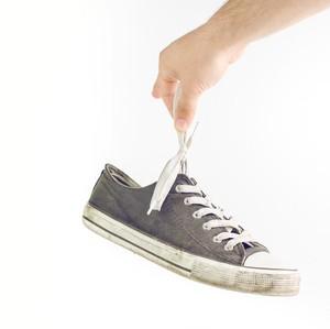 7 Cara Menghilangkan Bau Sepatu yang Ampuh dan Cepat