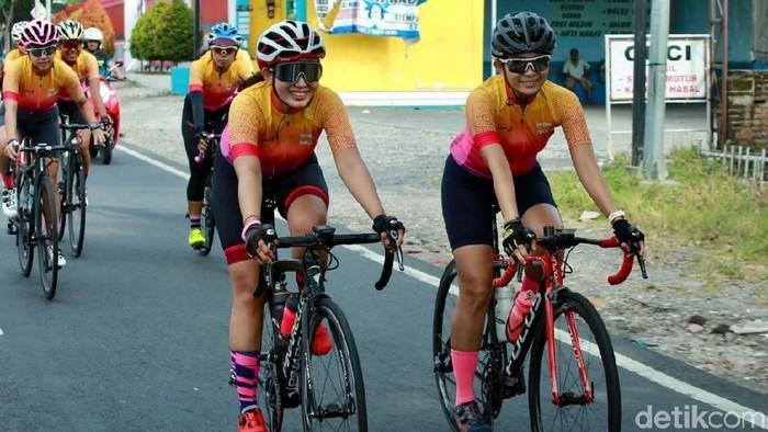 Ratusan pesepeda perempuan mengikuti Women Cycling Challenge yang dibuka di Pendopo Banyuwangi. Balap sepeda itu dimeriahkan hadirnya para perempuan berkebaya.