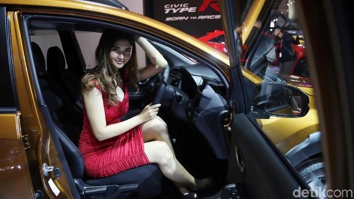 Honda BR-V yang diluncurkan di Indonesia Internasional Motor Show (IIMS) 2019 di JIExpo Kemayoran, Jakarta, memang keren dan canggig. Namun SPG-nya pun tidak kalah cantik.