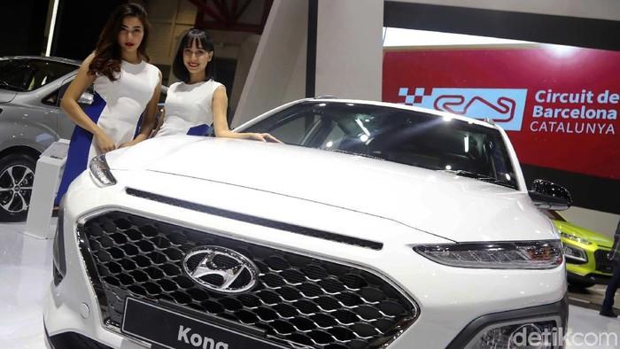 SPG cantik turut menemani Hyundai Kona di Indonesia Internationa Motor Show (IIMS) 2019 JIExpo Kemayoran, Jakarta. Mereka selalu tersenyum kepada pengunjung.