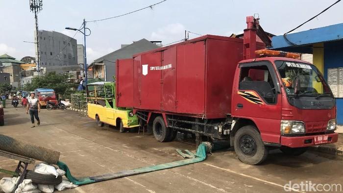 Mobil pompa air disiagakan di Kampung Pulo meski banjir telah surut. (Rolando/detikcom)