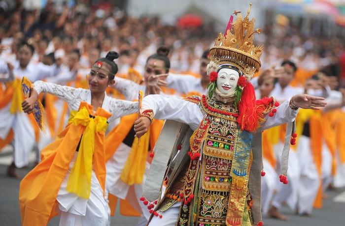 Penari menampilkan Tari Telek massal khas Desa Jumpai di kawasan Catur Muka, Semarapura, Klungkung, Bali, Minggu (28/4/2019). Tari Telek kolosal yang ditampilkan oleh 2.019 orang penari tersebut digelar dalam rangka Festival Semarapura 2019 yang merupakan rangkaian peringatan Hari Puputan Klungkung ke 111 dan HUT Kota Semarapura ke-27. ANTARA FOTO/Fikri Yusuf/aww.