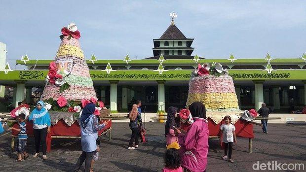 Gunungan gethuk diperebutkan warga di Magelang.