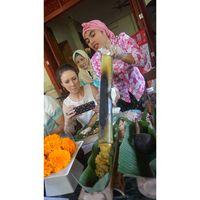 Saat Ibu-ibu Ternate Sajikan Aneka Makanan dalam Bambu ke Bule