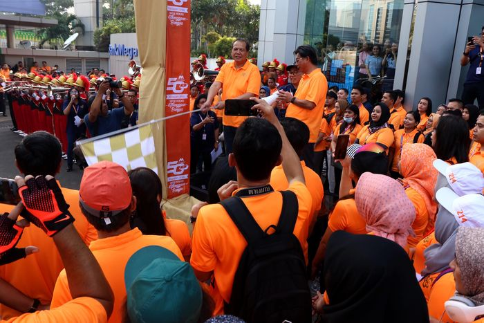 Komisaris Utama Bank Mega Chairul Tanjung (kiri) didampingi Direktur Utama Kostaman Thayib, mengibas bendera start Jalan Santai peringatan HUT ke-50 Bank Mega. Istimewa.