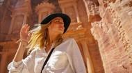 Gaya Liburan Ana De Armas, Si Cantik Bond Girl Terbaru